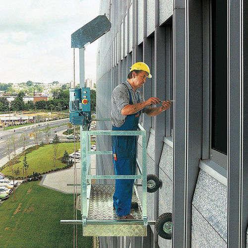 Arbeitskorb im Einsatz an einer Fassade