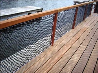 Balustrade nets at the water