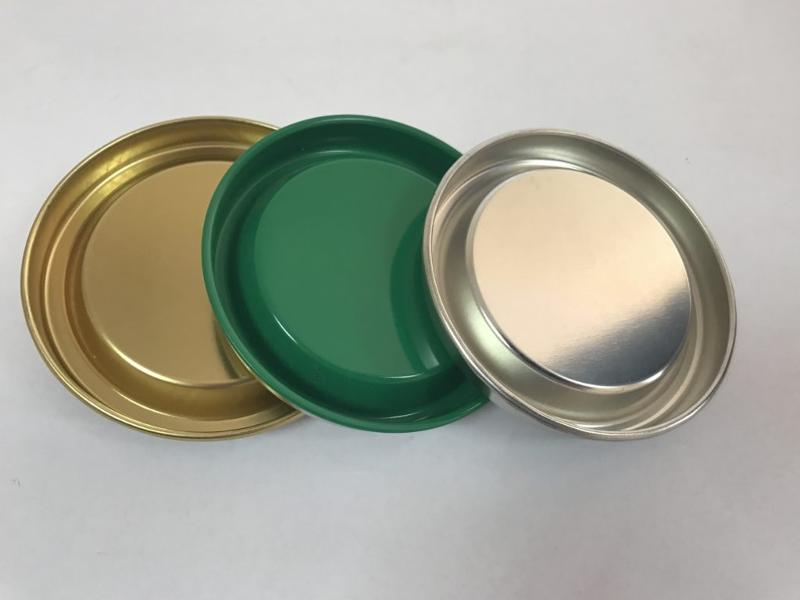 metal caps of silver or gold color