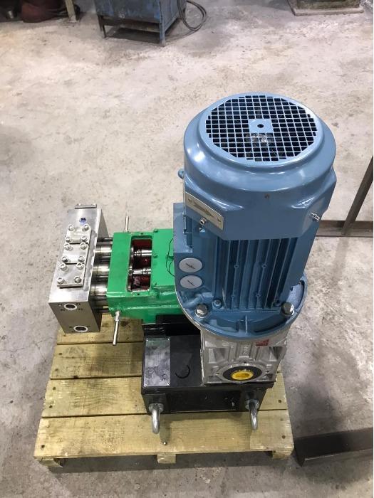 Three-plunger pump units