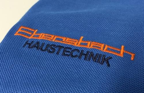 Gesticktes Logo auf Poloshirts