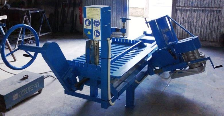 Stone quarry shaping machine with helical cutter