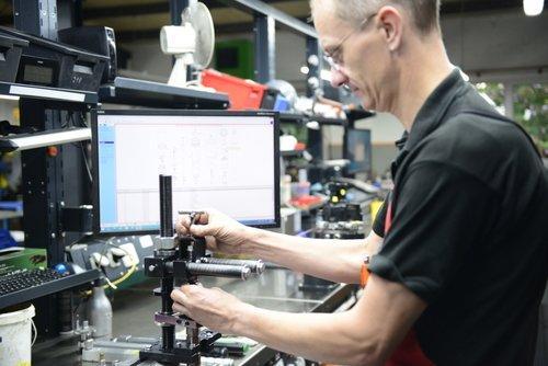 Dieseltechniker während Injektormontage