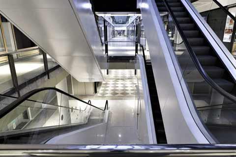 Escalators remis en peinture dans un centre commercial