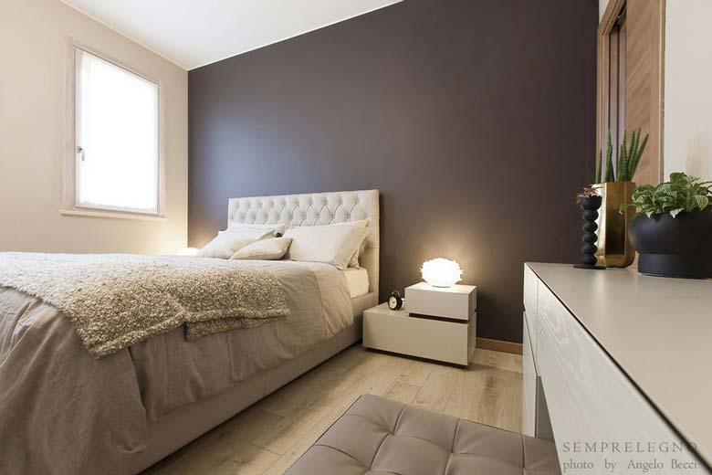 Camera da letto bilocale moderno con mobili su misura ...