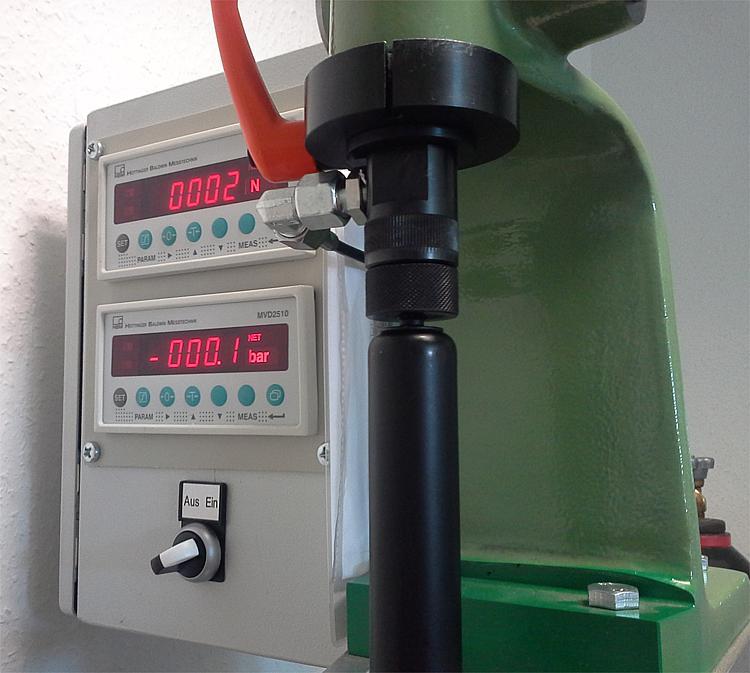 norelem remplit et contrôle les vérins à gaz