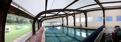 Un abri de piscine de 40 ans réhabilité en matériaux composi