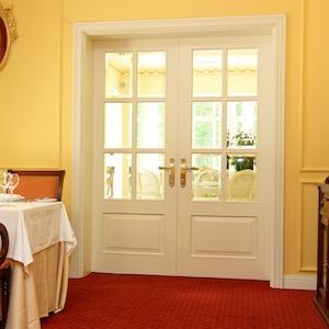 Белые межкомнатные двери из массива дерева на заказ