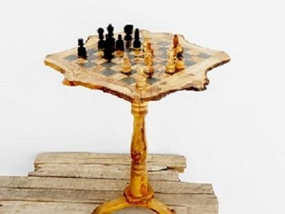 Une table de jeux d'échecs
